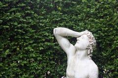 Oud beeldhouwwerk in de tuin Royalty-vrije Stock Afbeelding