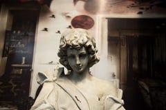 Oud beeldhouwwerk op een landbouwbedrijf stock foto