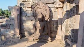 Oud beeldhouwwerk/standbeeld die van Gautam Buddha vreedzaam mediteren Stock Afbeelding