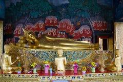 Oud beeldhouwwerk van doende leunen Boedha Boeddhistische tempel van Wat Bowonniwet Bangkok, Thailand royalty-vrije stock foto's