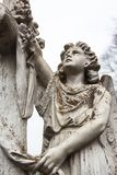 Oud begraafplaats marmeren beeldhouwwerk van de engel Royalty-vrije Stock Foto's