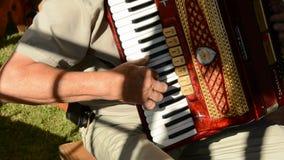 Oud bemant handen spelend met uitstekende harmonika Royalty-vrije Stock Afbeeldingen