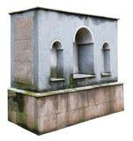 Oud bemost granietartefact dichtbij een middeleeuwse kerk Geïsoleerde Royalty-vrije Stock Fotografie