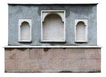 Oud bemost granietartefact dichtbij een middeleeuwse kerk Geïsoleerde Royalty-vrije Stock Foto