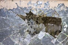 Oud beschadigd die glas met draadnetwerk wordt versterkt royalty-vrije stock foto