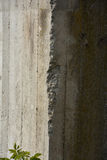 Oud beton met overdrukplaatje stock foto's