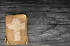 Oud Bijbel en Kruis van as - symbolen van Ash Wednesday royalty-vrije stock foto