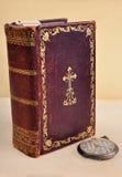 Oud Bijbel en zakhorloge royalty-vrije stock foto