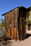 Oud bijgebouw van gebruind cederhout stock afbeelding
