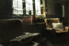 Oud binnenland van een verlaten huis Stock Fotografie