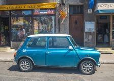 Oud blauw geparkeerd Morris Mini Cooper stock fotografie