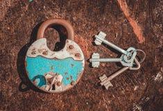Oud blauw hangslot en een sleutelbos Stock Foto