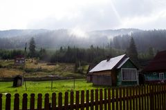 Oud blokhuis in de bergen bij zonsopgang reizen toerisme ukraine carpathians royalty-vrije stock afbeeldingen
