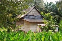 Oud blokhuis in het bos. Stock Fotografie