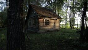 Oud blokhuis in het hout dichtbij het meer Svir bij zonsopgang stock videobeelden