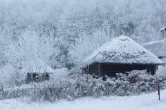 Oud blokhuis in het midden van het bos in de winter Stock Afbeeldingen