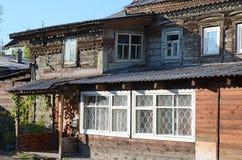 Oud blokhuis met gravure in de stad van Irkoetsk Royalty-vrije Stock Afbeeldingen