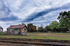 Oud blokhuis in verlaten station diep binnen Zuid-Amerika stock afbeeldingen
