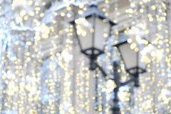 Oud blured straatlantaarn en Kerstmis lichte decoratie Royalty-vrije Stock Afbeelding