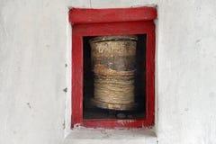 Oud Boeddhistisch gebedwiel, wit muurklooster, Ladakh, Weinig Tibet Stock Afbeelding