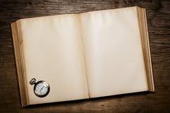 Oud boek en een oud horloge Stock Foto