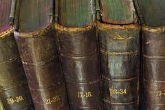 Oud boek in het licht van kaarsen Stock Foto's