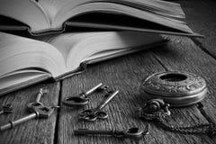 Oud Boek met Antieke Zakhorloge en Sleutel Royalty-vrije Stock Afbeelding