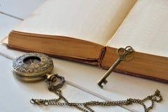 Oud Boek met Antieke Zakhorloge en Sleutel Stock Afbeelding