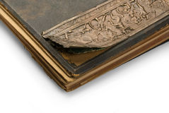 Oud boek met een gravure. Stock Foto's