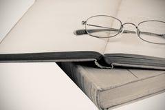 oud boek met glazen Stock Afbeelding