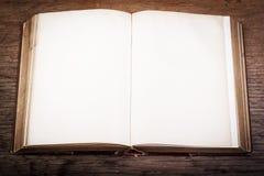 Oud boek op een houten lijst Royalty-vrije Stock Afbeeldingen
