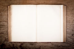 Oud boek op een houten lijst Stock Afbeeldingen