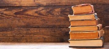 Oud boek op een plank stock foto