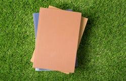 Oud boek op groen gras Royalty-vrije Stock Afbeeldingen