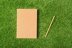 Oud boek op groen gras Royalty-vrije Stock Afbeelding