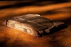 Oud boek op lijst 2 Stock Afbeeldingen