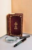Oud boek, pen en magnifie Royalty-vrije Stock Foto's