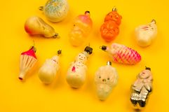 Oud bont-boom speelgoed op een gele achtergrond stock afbeelding