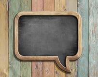 Oud bord in vorm van toespraakbel op kleurrijke houten 3d illustratie Stock Foto