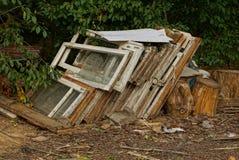 Oud bouwpuin van raamkozijnen en gebroken glas op de straat royalty-vrije stock afbeelding