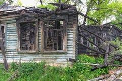 Oud brandwond uit houten verlaten herenhuis royalty-vrije stock afbeeldingen