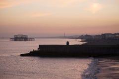 Oud Brighton Pier bij Schemer Stock Foto