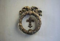 Oud brons architectonisch element op een deur in Florence, Italië stock foto