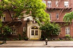 Oud brownstone flatgebouw de stad in van Manhattan, New York stock foto's