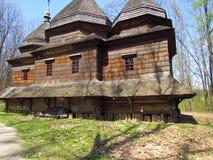 Oud, bruin, blokhuis in het park royalty-vrije stock foto