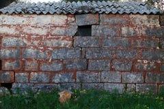 Oud buitenhuis met asbest Stock Foto's