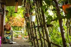 Oud buitenhuis met tuin royalty-vrije stock foto