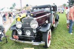 Oud Cadillac auto-1930 bij de auto toont Stock Afbeelding