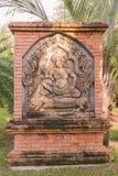 Oud Cambodjaans koningsbeeldhouwwerk op bakstenen muur Stock Fotografie