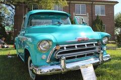 Oud Chevrolet bestelwagen-1957 bij de auto toont Stock Afbeelding